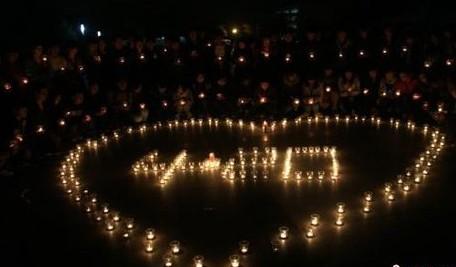 中国学子手持烛光祈福雅安