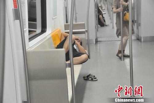 """地铁""""末班族""""众生相:有人加班"""