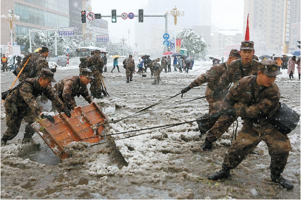 暴雪中,他们在奋战