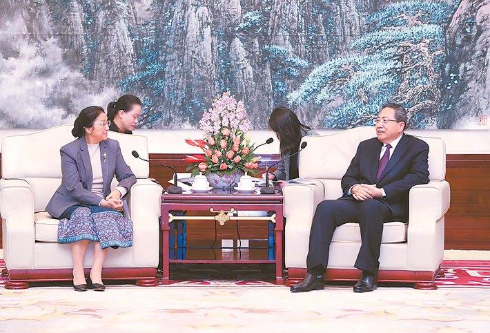 李锦斌会见老挝国会主席巴妮