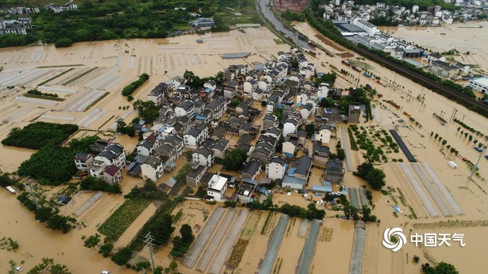 安徽歙县遭遇强降雨 出行困难高