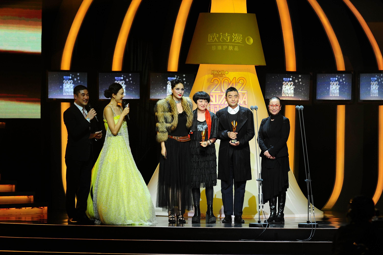 吴海燕、陈娟红为娟子肖全颁发亚洲最具影响力摄影师奖